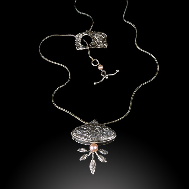 Root and Leaf Pendant by Jonna Faulkner. Photography by Steve Rossman